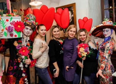 Оформление ресторанов OLIO в стиле «Тюльпанное настроение» на 8 Марта!  Декор готов и ждет Ваших красивых торжеств!